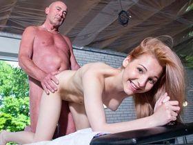 Умелые руки и член старичка массажиста дарят юной девушке незабываемое наслаждение