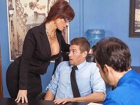 Грудастая начальница захотела секса с подчиненным прямо на совещании!