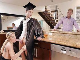 Мачеха пообещала и переспала с пасынком после окончания колледжа!