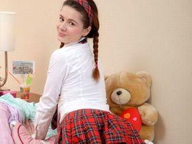 Юная русская студентка мастурбирует с помощью большого самотыка
