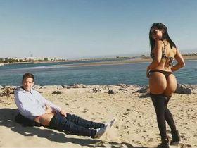 На диком пляже анально трахнул шальную девку