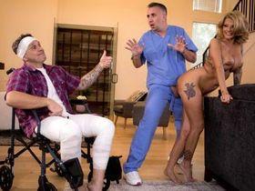 Заботливый доктор поможет мужу и удовлетворит жену