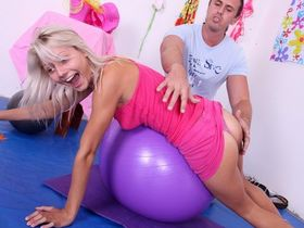 Флирт с фитнес тренером закончился сексом на фитболе