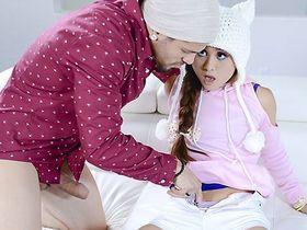 Пока родителей нет дома милая азиатка не прочь пошалить