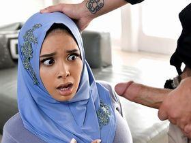 Арабка в хиджабе шокирована не приличным предложением