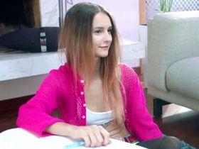Русская студентка на дополнительном занятии по кЛитературе
