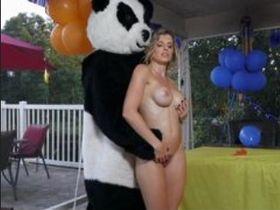 Секс мамочки с другом сына в костюме панды
